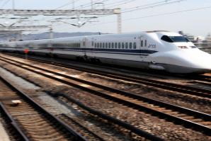 A Central Japan Railway Co. Shinkansen bullet train passes through Odawara Station, in Kanagawa Prefecture, Japan, on Monday, Jan. 25, 2010. Central Japan Railway Co., the owner of the nation's largest bullet-train maker, aims to sell high-speed trains in U.S. states including California and Texas as it strives to boost overseas sales.   (Photographer: Toshiyuki Aizawa/Bloomberg)