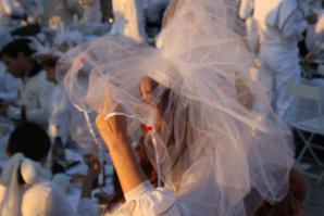 Le Dîner en Blanc organized in the Cour Napoléon of the Louvre in 2013. (Photography by ParisSharing via Wikimedia)